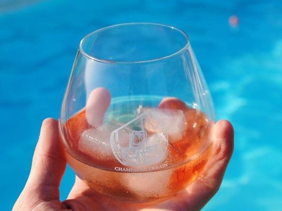 baroville-champagne-urbain-pere-fils-verre-glaçon-piscine
