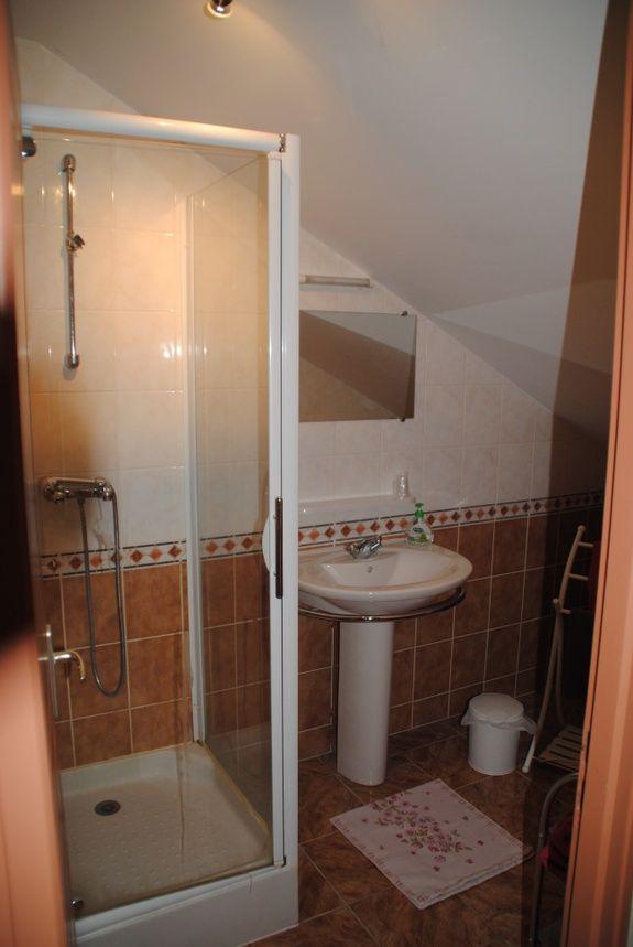 baroville-champagne-salle-de-bain-miroir-lavabo-cabine-douche