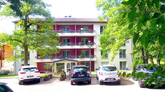 appart-hotel-residence-amneville-facade-chene-parc-voiture-arbre