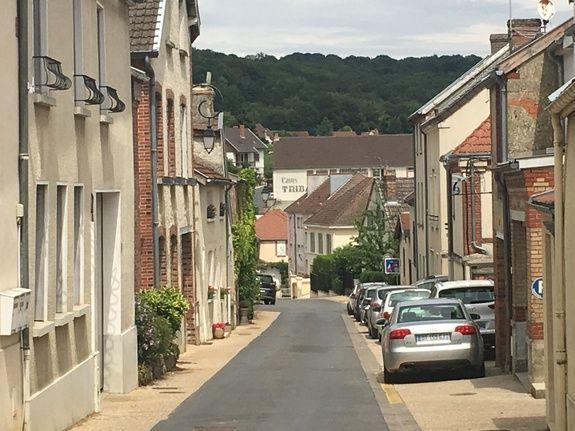 gite-hautvillers-village-champagne-voiture-batiments-maison