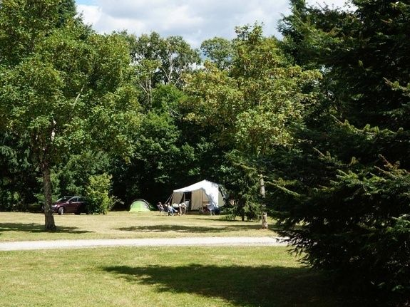 Emplacements 130m² camping chambon piscine nature familale (1)