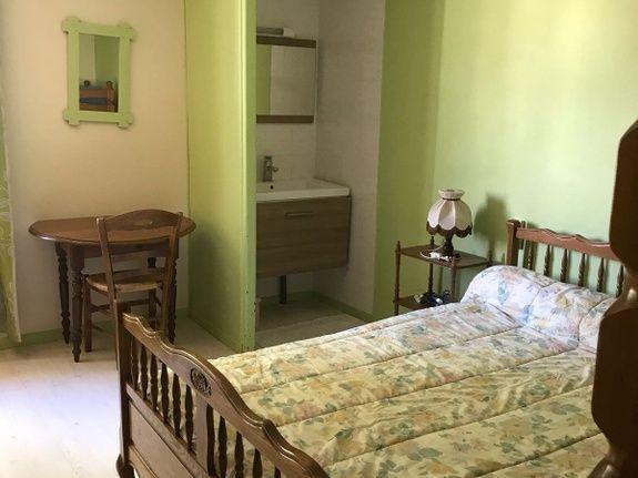baroville-champagne-chambre-lit-simple-lavabo-miroir