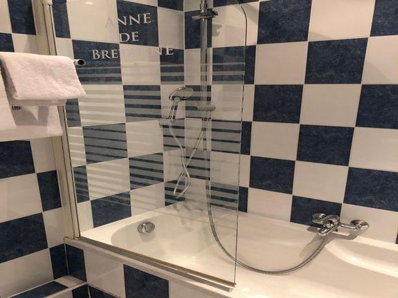 hotel-anne-de-bretagne-blois-centre-ville-chambre-quadruple-superieure-salle-de-bains-4-personnes