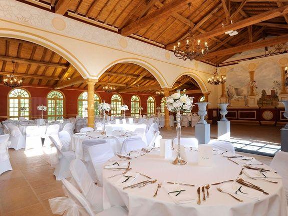 location-château-pour-mariage-salle-table-fleur-couvert-chaise-vase-nappe-lustre-bougie-chavagneux