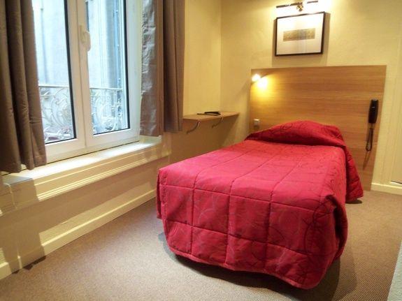 hotel-place-de-la-comedie-montpellier-chambre-couette-oreiller-lit-rideau-fenetre