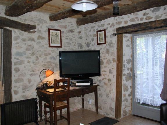 chambre-hotes-auvergne-salon-tv-portrait-fenetre-rideau-chaise-meuble