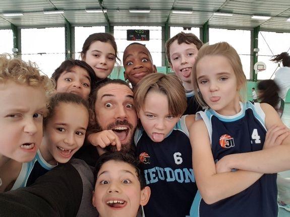 Vincent DUPONT  Head Coach The Practice avec les enfants